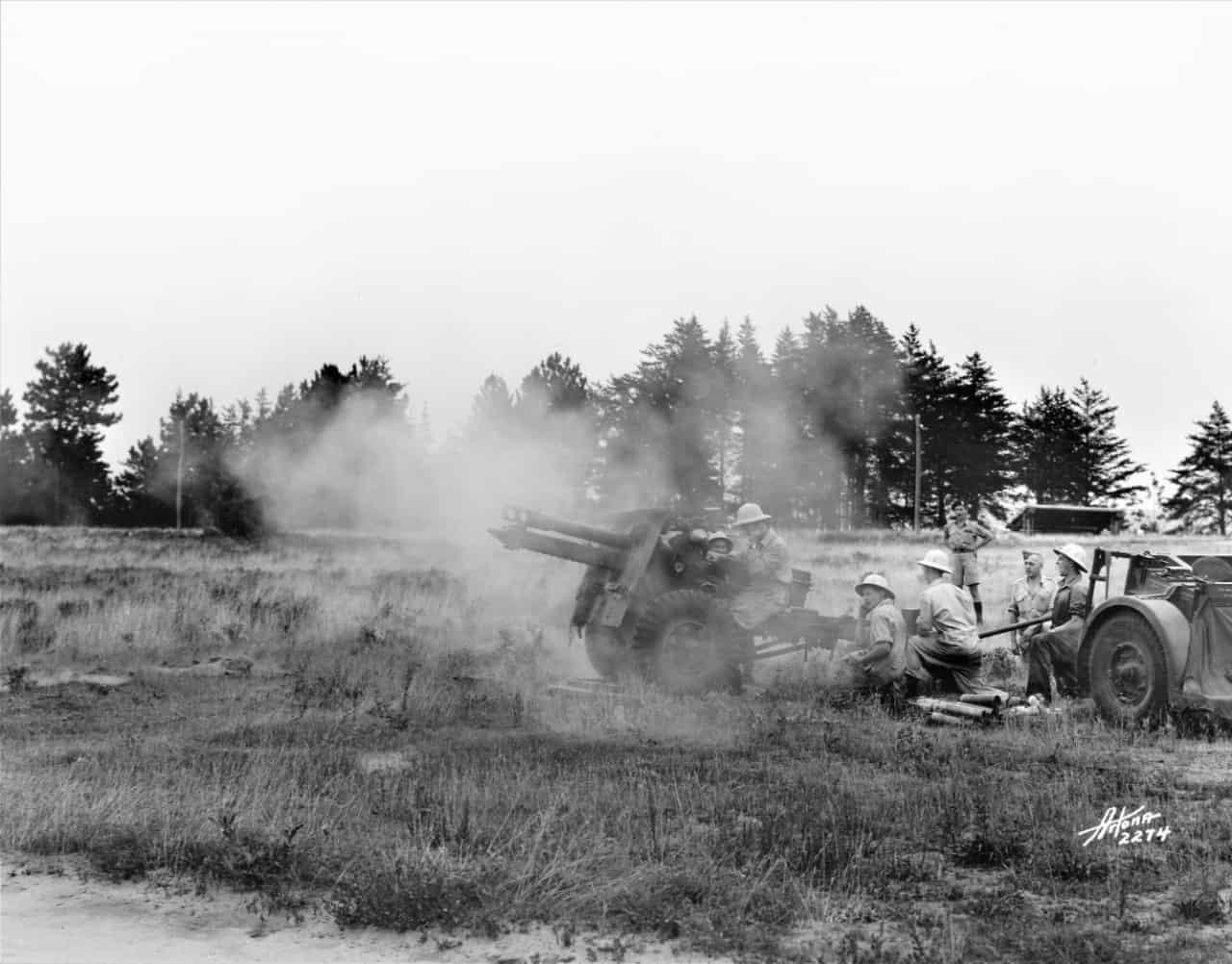 Petawawa-20-July-1945-firing-25-Pounder